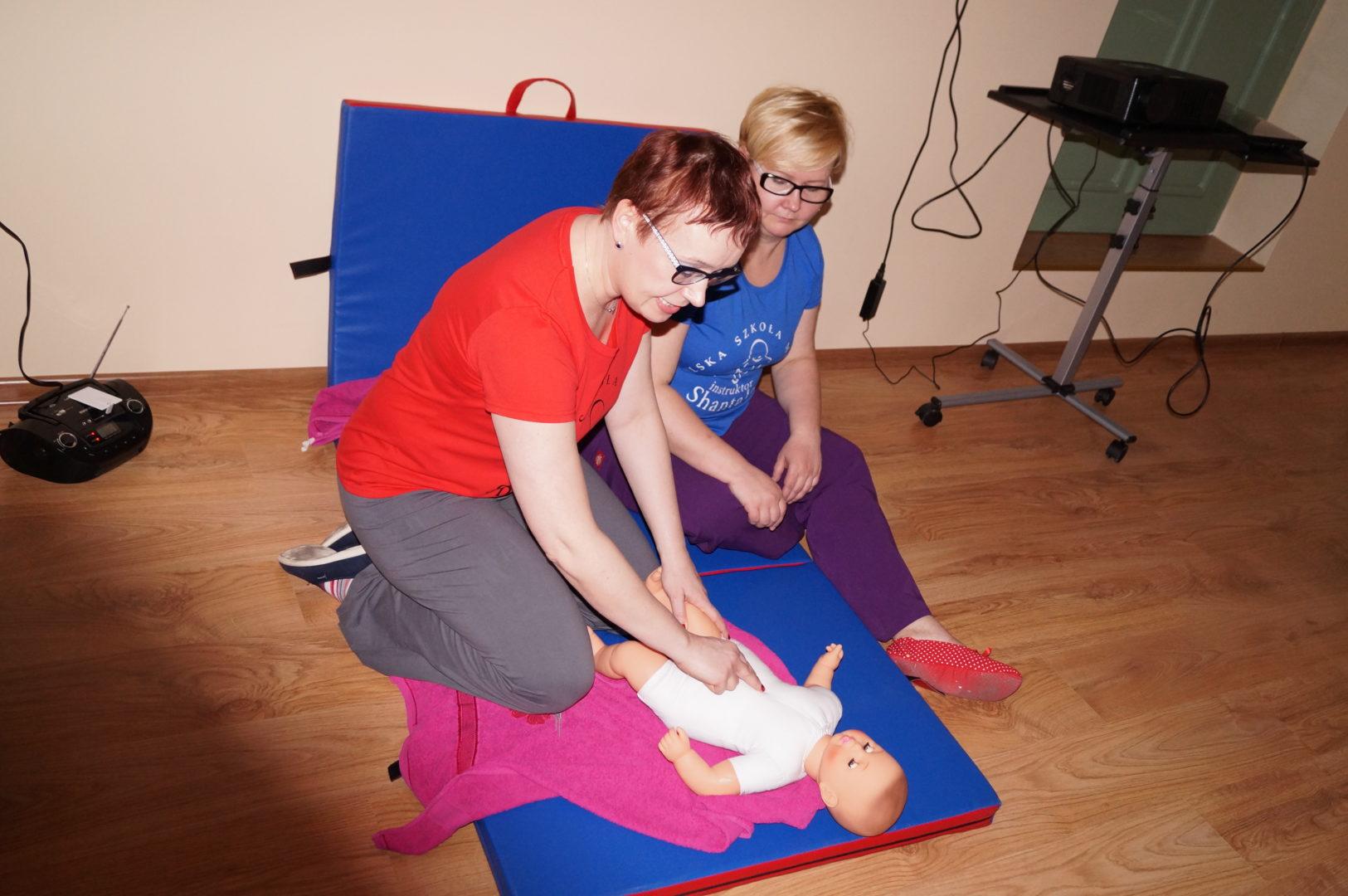 Natasza Żeglarska i Joanna Pilkiewicz podczas zajęć z masażu Shantala