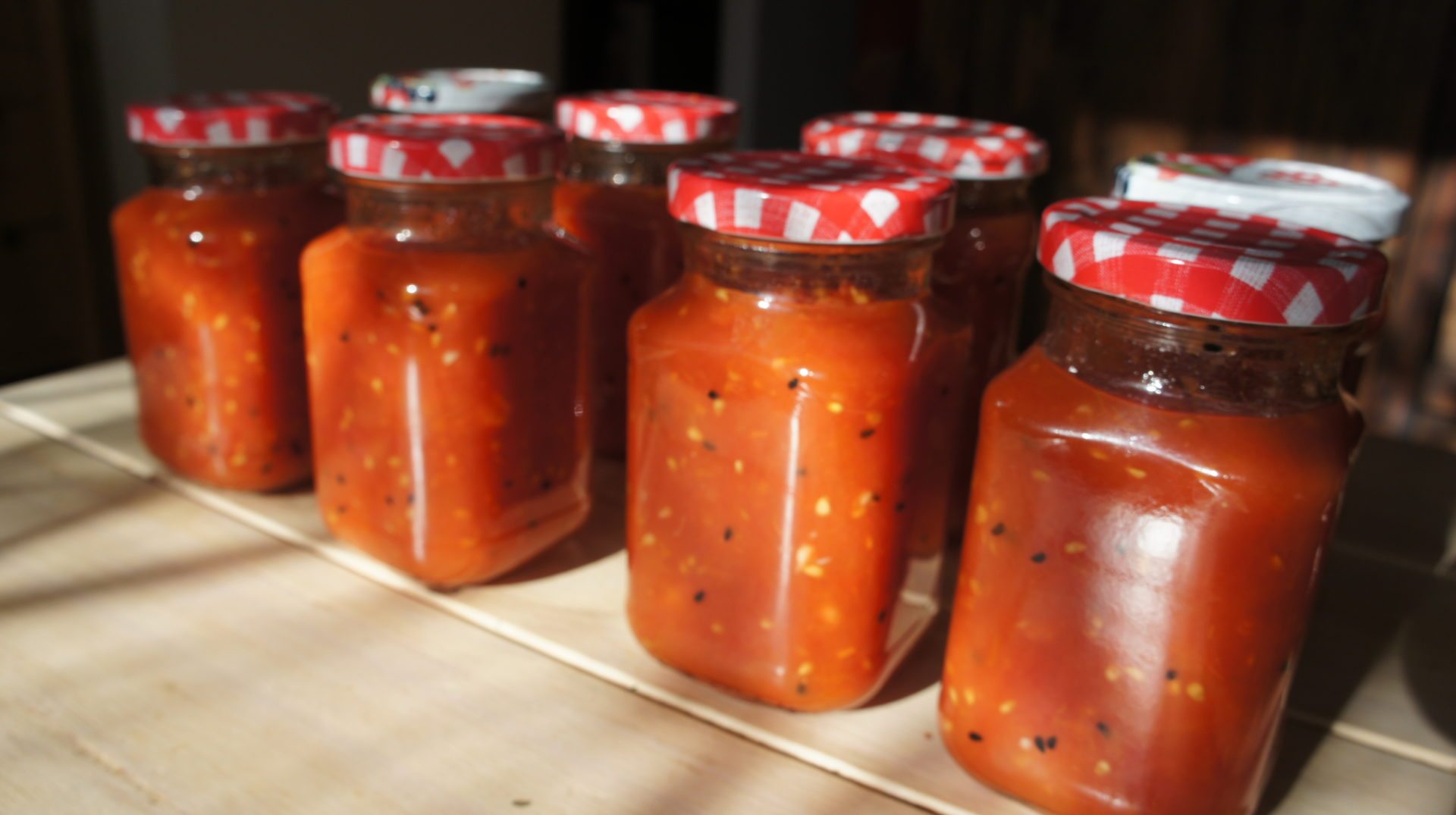 Lato w słoikach. Pomidory z czosnkiem i czarnuszką