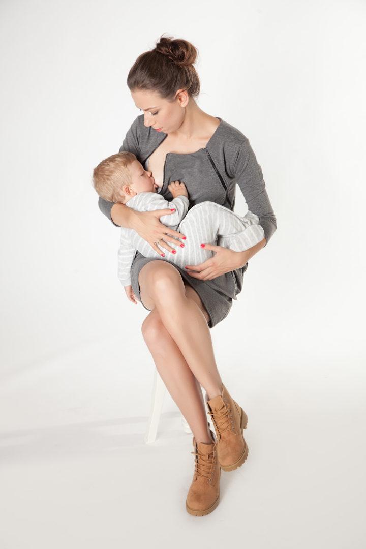 """""""Pierwsze sukienki, które powstały, były dla mnie, kiedy karmiłam synka - mówi Karolina Kurzela. Krawcowa urzeczywistniła jej pomysły i tak postały trzy prototypy późniejszej pierwszej kolekcji milk & love"""